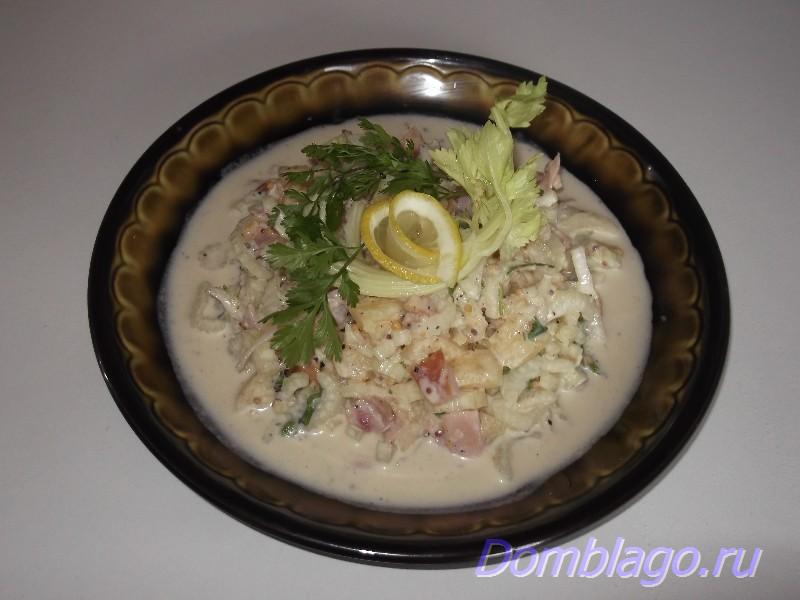 Освежающий салат из сельдерея черешкового и копченой курицы. Рецепт с фото.