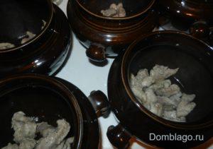 Пока свинина обжаривается, промоем и почистим грибы, нарежем тоже произвольно (кубиками или пластинками).