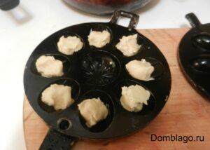 В ещё тёплый маргарин добавьте сахар, тщательно перемешайте, затем яичную смесь, снова перемешайте. Введите просеянную муку и замесите тесто.
